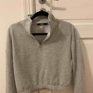 Sweatshirt med en liten zipper i fram, jättefin på och dessutom skön! Använd ungefär 3gånger så som ny🌸💗💜