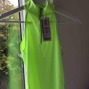 Sjukt coolt neon linne från NewYorker med dragkedja, helt oanvända med prislappen kvar.