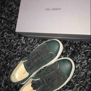 Säljer mina Axel Arigato sneakers strl 38 dam. Säljer för 599 nypriset är 1650. Använda max 5 gånger! Köpta i butik i Sthlm. Kan mötas upp i Stockholm eller så står köparen för frakt