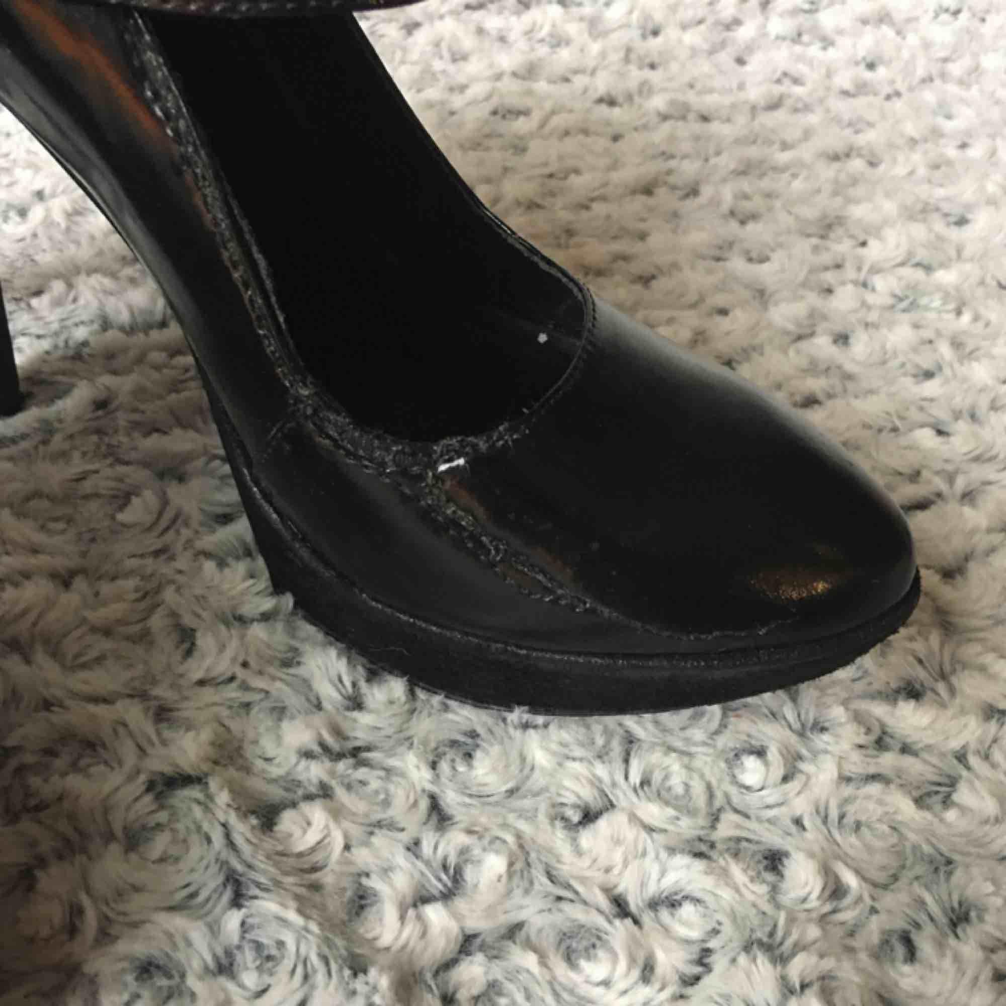 Riktigt höga pumps med platåsula fram. Sparsamt använda men har en liten skada på insidan av ena skon (se bild 3)  Dock inget som nånsin synts eller påverkat. Oväntat sköna att gå i. Nypris 998 kr. . Skor.