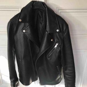 Oversized skinnjacka biker jacket. Är egentligen herrmodell strl S men jag har haft den som har xs/s. Inte mkt använd då det inte är min stil, men väldigt snygg och i nyskick. Inte äkta läder!