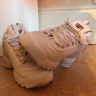 Funderar på att sälja mina FILA Disruptor sneakers 🌟 Använda några få gånger!  Står storlek 42 men är lite för små för mig som har storlek 41 så dom passar storlek 40.  Nypris 1100kr 🌟 Priset kan diskuteras ❤️