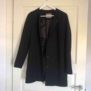 Jättefin kappa från vero moda i strl. XS! Om den ska skickas tillkommer frakt!