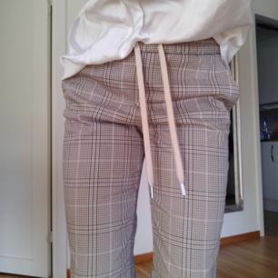 Beigea kostymbyxor från HM storlek 36.  Kan fraktas men köparen står för frakten. ☺️