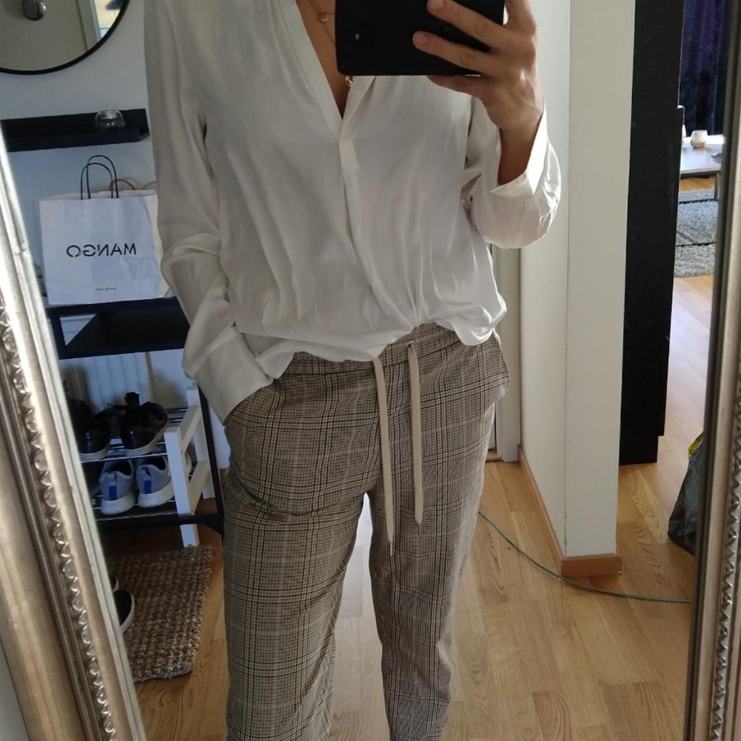 Beigea kostymbyxor från HM storlek 36.  Kan fraktas men köparen står för frakten. ☺️. Jeans & Byxor.