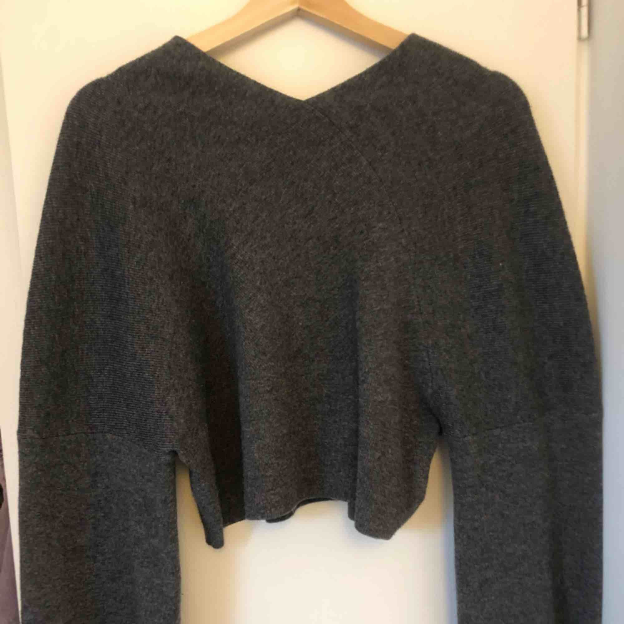 Fin grå croppad stickad tröja från weekday. Stickat.