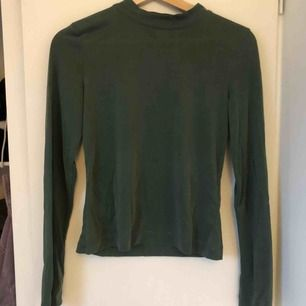 Fin grön långärmad tröja från monki, storlek S