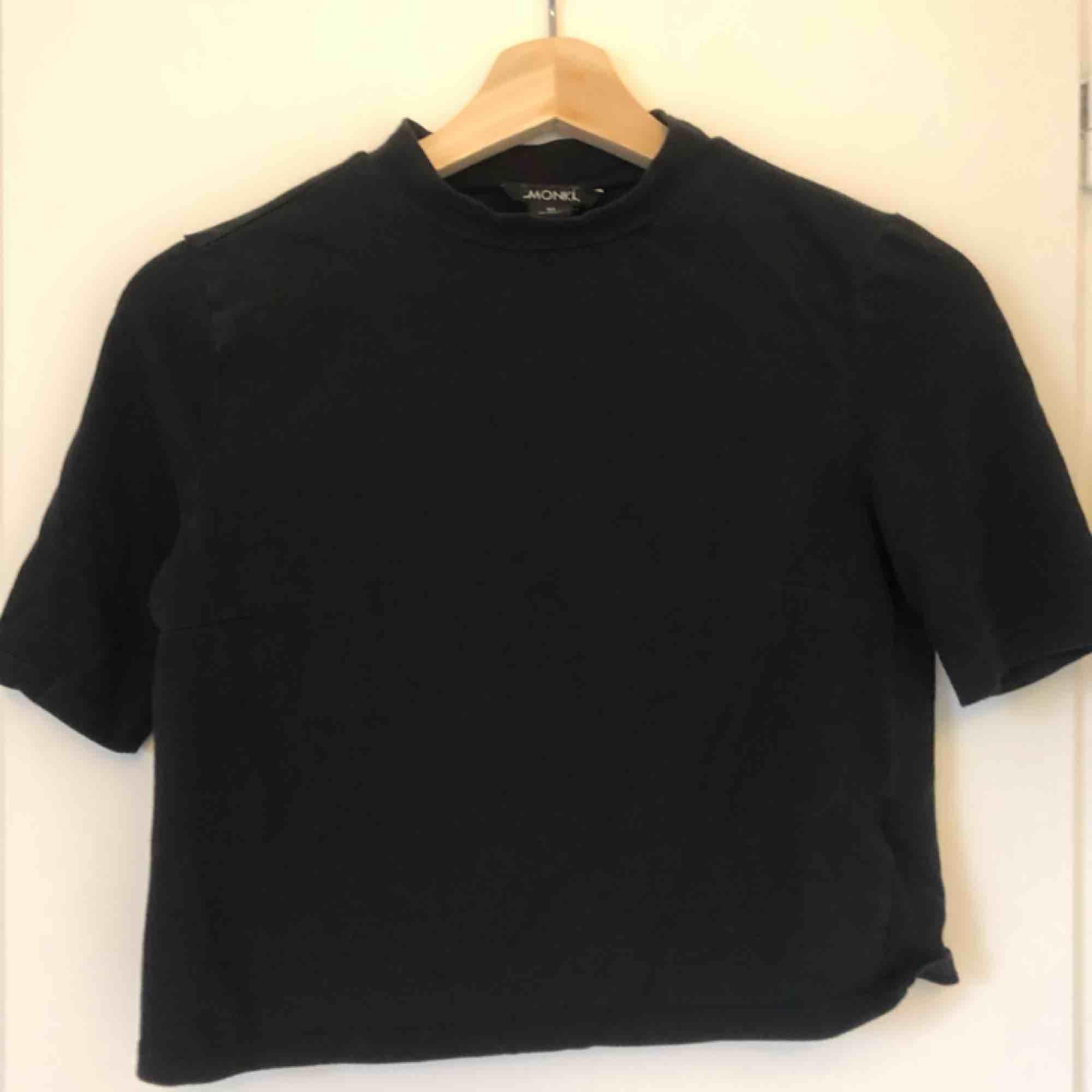 Svart croppad T-shirt med lite turtleneck från Monki. T-shirts.