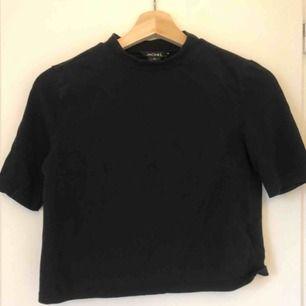 Svart croppad T-shirt med lite turtleneck från Monki