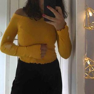 Guldgul offshoulder tröja!