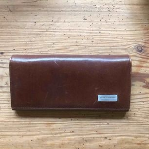Brun läder plånbok av märket Tiger of Sweden i gott skick! Många smarta fickor.