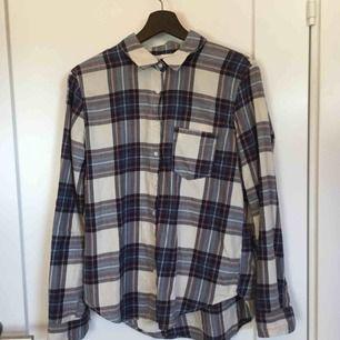Rutig flanellskjorta från HM, superskönt mjukt material. Funkar både själv och över en T-shirt. Köparen står för frakten :)