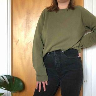 Militärrön sweatshirt, väl använd lite nopprig men ändå fin, ficka på ärmen💚 storlek S, pris 50kr + frakt