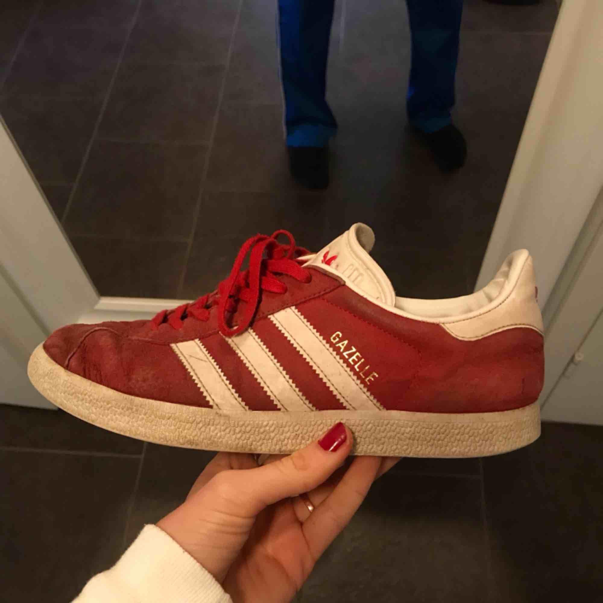 Säljer också mina röda Adidas Gazelle! Använda och lite slitna men hela och fortfarande snygg färg 👍🏼 220kr +alternativ frakt! . Skor.