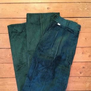 Gröna manchesterbyxor. Köpta second hand, i fint skick. Uppskattar till storlek 34.