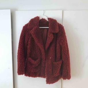 En mörkröd fluffig och varm jacka, säljer för den inte kommit till användning! Hör av er till mig om ni är intresserade!🤗 Köparen står för frakten!