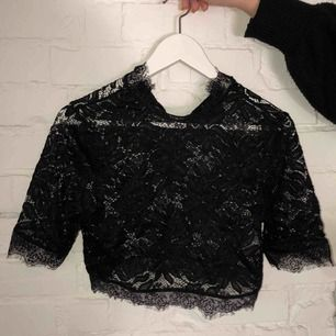 Svart Lace Crop Top från NA-KD x Linn Ahlborg