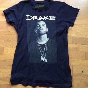 Mörkblå girls fit Drake tshirt, officiell merch köpt från hans onlineshop (just denna säljs nog inte länge där) i storlek L men är mindre i stl så passar bättre på en S-M. Jättefint skick. Frakt tillkommer med 42 kr 🌸