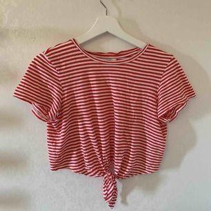 En skitfin randig t-shirt från monki, den funkar även som xs, använd fåtal gånger skriv ifall du vill köpa 🌸