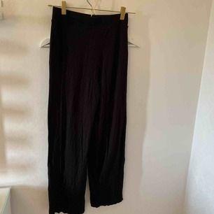 Vida svarta byxor dem är sjukt sköna