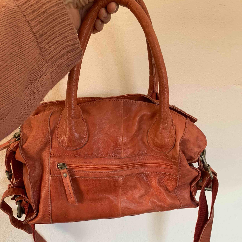 En oanvänd äkta skinn väska köp på skinncentralen för 1399 impulsköp💙 frakt 79. Väskor.