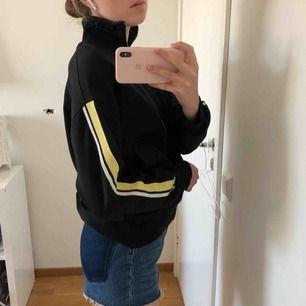Zip-up jacka från Zara, strl S. Ok skick! Möts upp vid T-centralen/Åhléns city eller fraktar (50kr)! Betalning sker via Swish 🥰