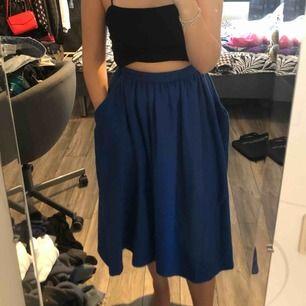 En stickad kjol med två fickor i en väldigt fin blå färg. Passar bra till hösten då den är lite varmare. Sticks ej. Rätt så snål i midjan