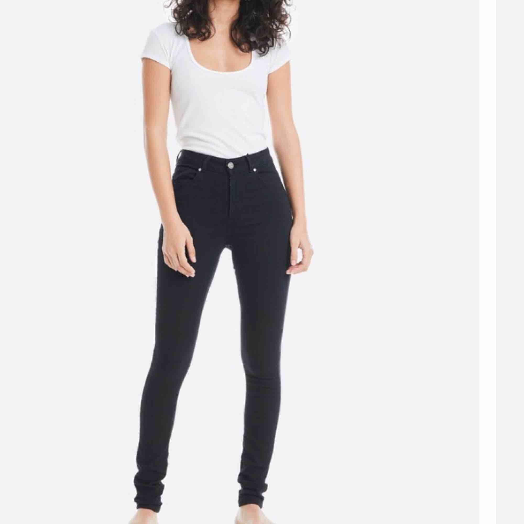 Svarta jeans från bikbok modell super high flex i lång modell. Endast tappat färg vid midjan annars fint skick. Jeans & Byxor.