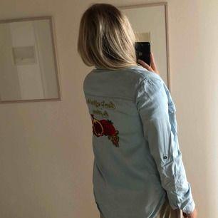Zara skjorta i stolek M med tryck i broderat på baksidan. Aldrig använd bara tvättad en gång🎈