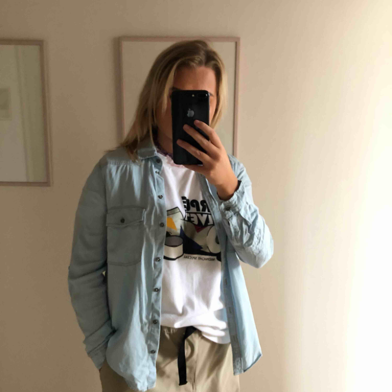 Zara skjorta i stolek M med tryck i broderat på baksidan. Aldrig använd bara tvättad en gång🎈. Blusar.