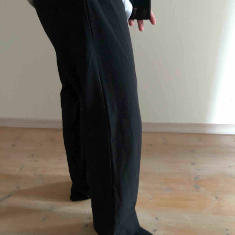 Bikbok kostymbyxor i stolek S. Mycket sparsamt använda ser helt nya ut. Straight fit💛. Jeans & Byxor.
