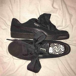 Puma Suede Heart EP W - Black  Fina skor, använda en, säljer gång pga förstora.  Nyskick. Nypris 999:- Köparen står för frakt.