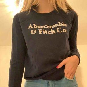 En marin blå abercrombie & fitch tjocktröja endast använd ett par gånger😋