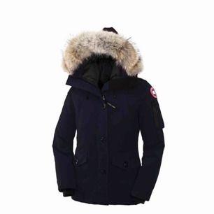 Canada goose jacka i modellen Montebello. Storlek L men passar både M och L. I bra skick :)