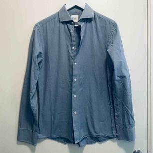 Knappt använd skjorta från Oscar of Sweden. Slim fit. Låter du den hög torka och sedan hänga i garderoben behöver den inte heller strykas.