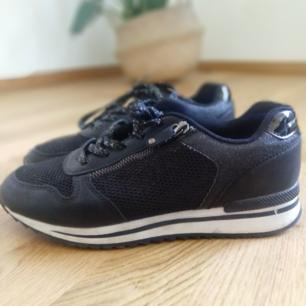 Svarta sneakers (graceland) i storlek 40. Kan fraktas då köparen står för frakten.🌷