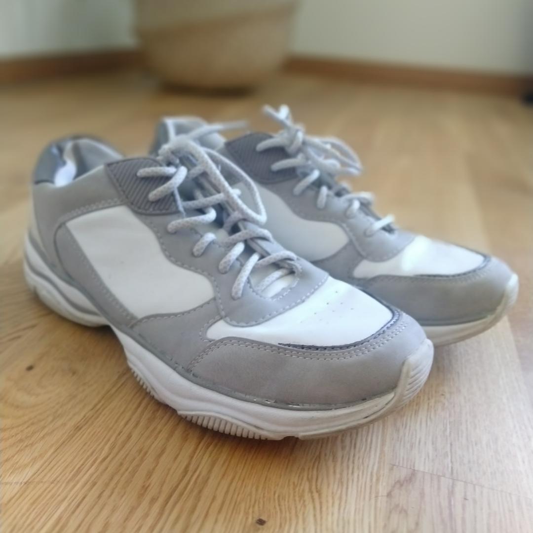Sneakers i blandat med vitt läder (imitation) och grå mocka (imitation) storlek 41 men små i storlek. Går ej på en 41. Passar 40. Kan fraktas då köparen står för frakten.🌷. Skor.