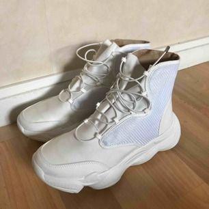 Feta helt nya skor som jag tyvärr köpte fel storlek i. De är stora i storleken, så passar nog fotstorlek 39 bättre. Skicka DM vid intresse!🖤