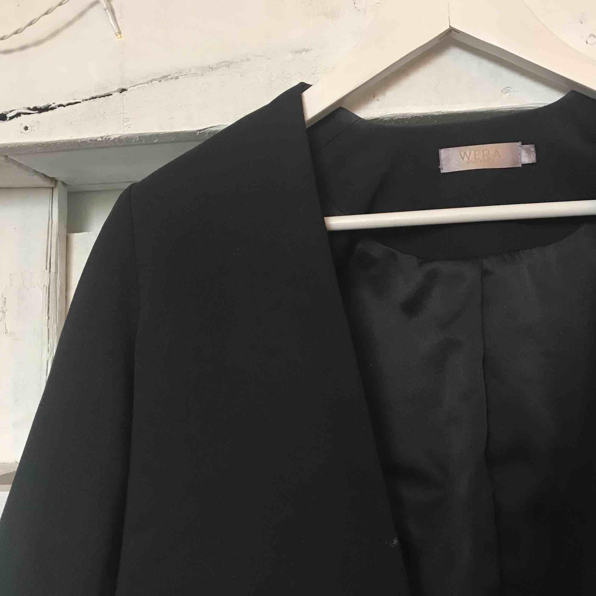 Snygg kortare kavaj från märket WERA Stockholm, sällan använd!. Kostymer.