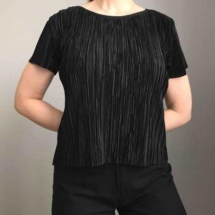 Svart, glansig tröja i stretchigt material från The Editor's Market • köpt i Singapore för några år sedan • använd fåtalet gånger så i bra skick! Frakt på 36kr tillkommer🧡