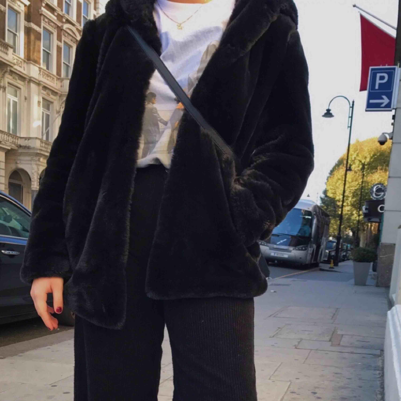 Säljer min svarta mysiga faux jacka från zara. Köpt för 2 år sedan men i väldigt bra skick. Passar både 36/38💗. Jackor.