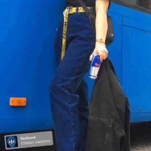 Jättefina högmidjade mörkblåa lee jeans. Ca 34 i midjan.🌸 köpte dem nydligen på plick men de var tyvärr för stora på mig🌸 frakt inkommer. (Bilderna är från tidigare säljare förutom mellersta bilden)