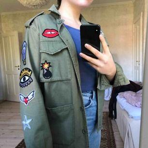 """Säljer min jacka med super coola """"stickers"""" på. Köpt på carlings för ca 2 år sedan. Använd ungefär 5 gånger så den är i väldigt bra skick. 💖"""