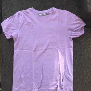 hej! jag säljer min lila t shirt som jag aldrig använt! den är inköpt på carlings från märket WinWin och kostade 199kr💞 fraktar!