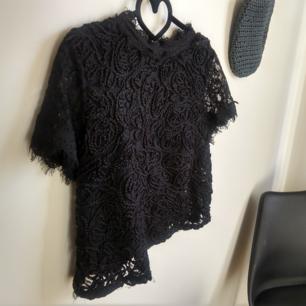 Topp från Zara i storlek L. 80kr. Kan fraktas då köparen står för frakten.🌷