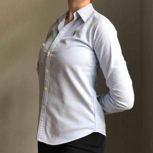 Ljusblå skjorta i 100% bomull från Ralph Lauren • Slim fit • storlek 4, sitter som en 36 • i mkt bra skick! • frakt på 36kr tillkommer!