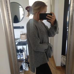 Tjocktröja från Zara storlek M. Med knyten nedtill ärmarna och lite längre bak. Kan fraktas då köparen står för frakten.🌷