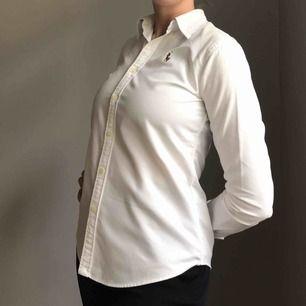 Vit skjorta i 100% bomull från Ralph Lauren • slim fit • i storlek us 4 vilket motsvarar 36 • bra skick men kragen har gulnat lite baktill, syns på bild 2 & 3 • frakt på 36kr tillkommer💓