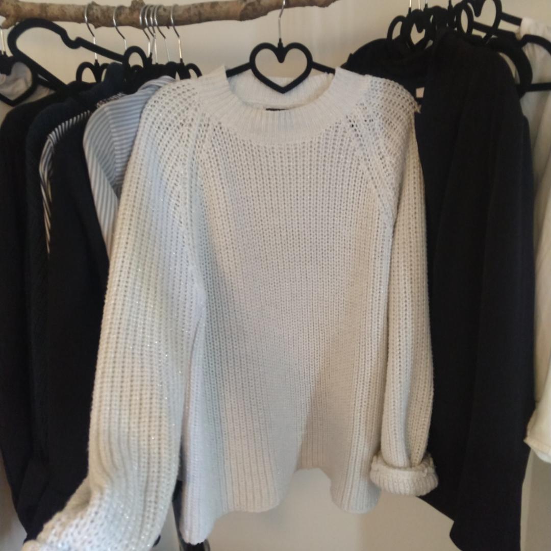 Stickad tröja i vit och silver trådar från Rut&Circle storlek L. Ganska liten i storlek. 130kr.  Kan fraktas då köparen står för frakten.🌷 . Toppar.