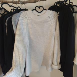Stickad tröja i vit och silver trådar från Rut&Circle storlek L. Ganska liten i storlek. 130kr.  Kan fraktas då köparen står för frakten.🌷